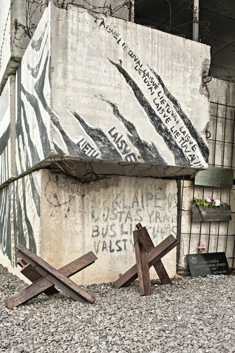 Bild: Diese Barrikaden vor dem Parlamentsgebäude Litauens erinnern an den Vilniuser Blutsonntag des Jahres 1991.