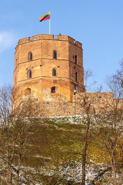 Bild: Der Gediminas-Turm vom Kalnu-Park aus gesehen. Nikon D700 mit AF-S NIKKOR 28-300 mm 1:3.5-5.6G ED VR.