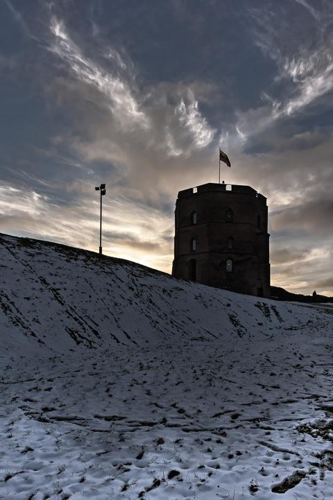 Bild: Der Gediminas-Turm in Vilnius im Licht der untergehenden Sonne. NIKON D700 mit CARL ZEISS Distagon T* 3.5/18 ZF.2.
