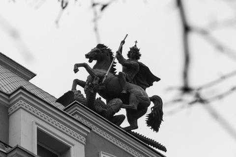 Bild: Der Heilige Georg auf dem Portal eines Jugendstilhauses auf dem Gedimino Prospektas.