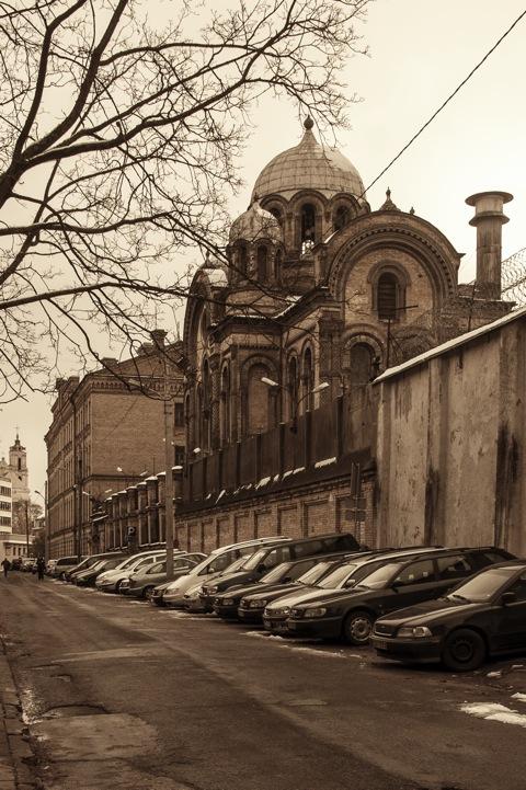 Bild: Wer hier zur Kirche geht, hat allen Grund zur Gottesfurcht und vielleicht zum geistlichen Trost - Kirche im Gefängnis von Vilnius unweit der Neris. NIKON D700 mit AF-S NIKKOR 28-300 mm 1:3.5-5.6G ED VR.