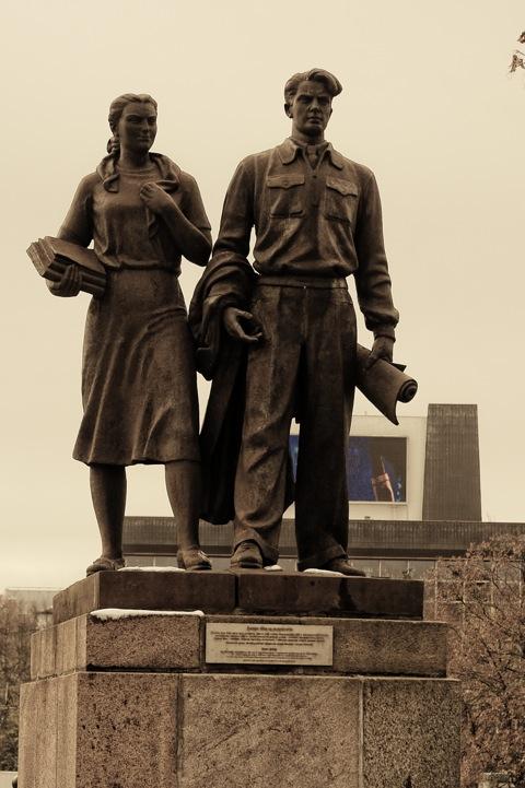 Bild: Die Grüne Brücke wird von vier Statuen flankiert, welche die Stützen der mittlerweile untergegangenen Sowjetunion zeigen. Hier die Statue auf der Neustädter Seite mit den Vertretern der Wissenschaft. NIKON D700 mit AF-S NIKKOR 28-300 mm 1:3.5-5.6G ED VR.