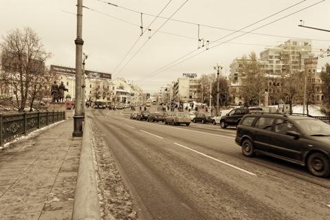 Bild: Die Grüne Brücke ist eine der Hauptverkehrsadern zwischen der Altstadt und der Neustadt in Vilnius. Hier ist fast immer die Hektik einer Großstadt zu spüren. NIKON D700 mit AF-S NIKKOR 28-300 mm 1:3.5-5.6G ED VR.