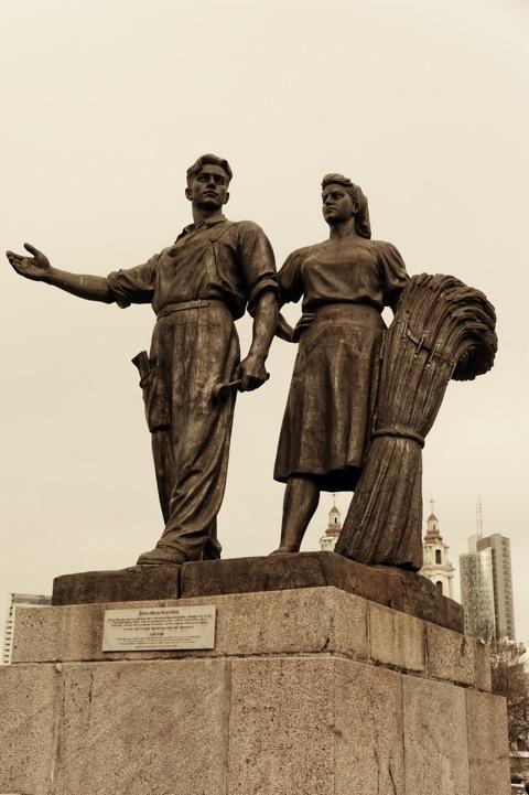Bild: Die Grüne Brücke wird von vier Statuen flankiert, welche die Stützen der mittlerweile untergegangenen Sowjetunion zeigen. Hier die Statue auf der Altstädter Seite mit den Bauern. NIKON D700 mit AF-S NIKKOR 28-300 mm 1:3.5-5.6G ED VR.