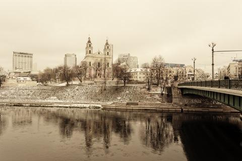 Bild: Die Grüne Brücke ist eine der Hauptverkehrsadern zwischen der Altstadt und der Neustadt in Vilnius. Blick stromabwärts. Im Hintergrund sind die Kirche des Erzengels Raphael und die Bürohochhäuser der Neustadt von Vilnius zu sehen. NIKON D700 mit AF-S NIKKOR 28-300 mm 1:3.5-5.6G ED VR.