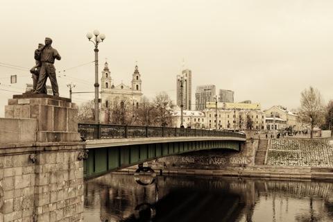 Bild: Die Grüne Brücke ist eine der Hauptverkehrsadern zwischen der Altstadt und der Neustadt in Vilnius. Blick stromabwärts. Im Hintergrund ist die Kirche des Erzengels Hl. Raphael in der Neustadt zu sehen. NIKON D700 mit AF-S NIKKOR 28-300 mm 1:3.5-5.6G ED VR.