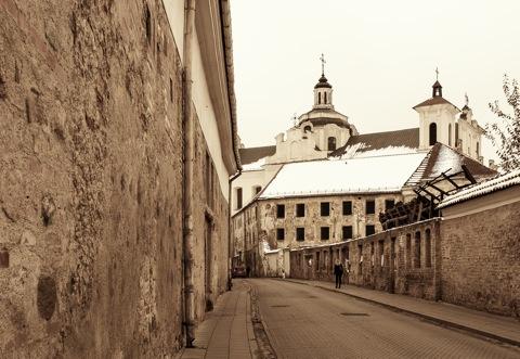 Bild: Blick auf die Heiliggeistkirche in der Altstadt von Vilnius. Von der Šv. Ignoto Gatve fotografiert. Im Vordergrund sind die Ruinen des ehemaligen Dominikanerklosters zu sehen. NIKON D700 mit CARL ZEISS Distagon T* 2.8/25 ZF.