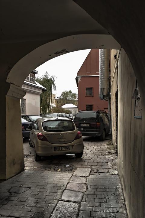 Bild: Hinterhof in der Rotušės aikštė in der Altstadt von Vilnius. Über diesen Hinterhof gelangt man sehr schnell in das ehemalige Jüdische Ghetto von Vilnius. NIKON D700 mit CARL ZEISS Distagon T* 2.8/25 ZF.