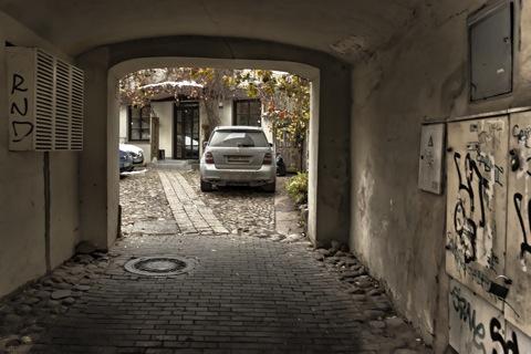 Bild: Hinterhof in unbekannter Lage in der Altstadt von Vilnius. NIKON D700 mit CARL ZEISS Distagon T* 2.8/25 ZF.