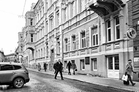Bild: In diesem Gebäude in einer Seitenstraße zum Gediminas prospektas in Vilnius ist der weltbekannte Violinist Jascha Heifez zur Schule gegangen. NIKON D700 mit CARL ZEISS Distagon T* 2.8/25 ZF.
