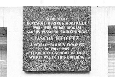 Bild: Gedenktafel für Jascha Haifez am Schulgebäude. NIKON D700 mit CARL ZEISS Distagon T* 2.8/25 ZF.
