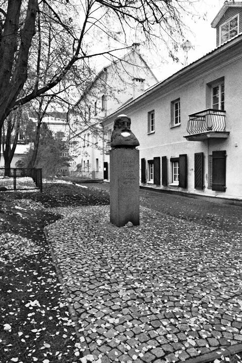 Bild: Denkmal zu Ehren des Rabbi und Universalgelehrten Elijah ben Shlomo Zalman Kremer - ר' אליהו בן שלמה זלמן in der Altstadt von Vilnius. NIKON D700 mit CARL ZEISS Distagon T* 2.8/25 ZF.