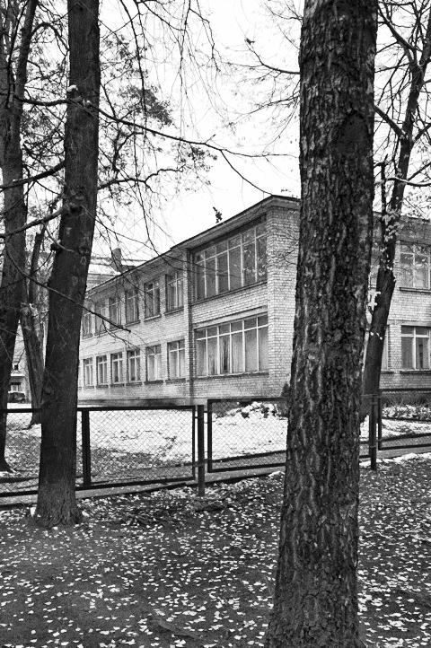 Bild: Der triste Baustil des Kindergartens passt zu den dahinter liegenden Häusern, die zu Zeiten der sowjetischen Besatzung gebaut wurden. NIKON D700 mit CARL ZEISS Distagon T* 2.8/25 ZF.