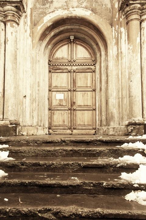 Bild: Eingang zur Kirche im Kloster der Karmeliterinnen unweit des Tor der Morgenröte. NIKON D700 mit AF-S NIKKOR 28-300 mm 1:3.5-5.6G ED VR.