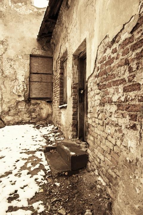 Bild: In den Gemäuern des ehemaligen Kloster der Karmeliterinnen unweit des Tor der Morgenröte ist der Verfall allenthalben präsent. NIKON D700 mit AF-S NIKKOR 28-300 mm 1:3.5-5.6G ED VR.
