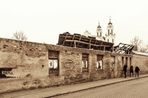 Bild:  Im westlichen Teil der Altstadt Vilnius befindet sich die St. Katharinenkirche, hier von der Šv. Ignoto Gatve fotografiert. Im Vordergrund sind die Ruinen des ehemaligen Dominikanerklosters zu sehen. NIKON D700 mit CARL ZEISS Distagon T* 2.8/25 ZF.