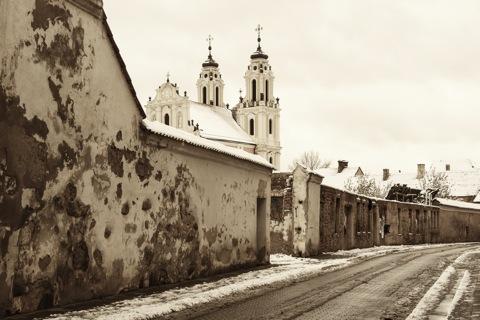 Bild: Im westlichen Teil der Altstadt Vilnius befindet sich die St. Katharinenkirche, hier von der Šv. Ignoto Gatve fotografiert. Im Vordergrund sind die Ruinen des ehemaligen Dominikanerklosters zu sehen. NIKON D700 mit AF-S NIKKOR 28-300 mm 1:3.5-5.6G ED VR.
