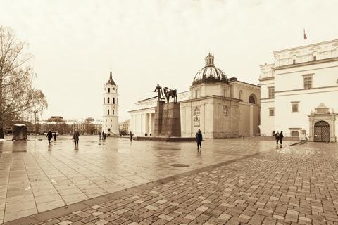 Bild: Die Kathedrale zu Vilnius am Abend. NIKON D700 mit CARL ZEISS Distagon T* 3.5/18 ZF.2.