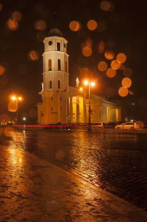 Die Kathedrale St. Stanislaus in Vilnius bei Nacht mit NIKON D700 und AF-S NIKKOR 28-300 mm 1:3.5-5.6G ED VR.