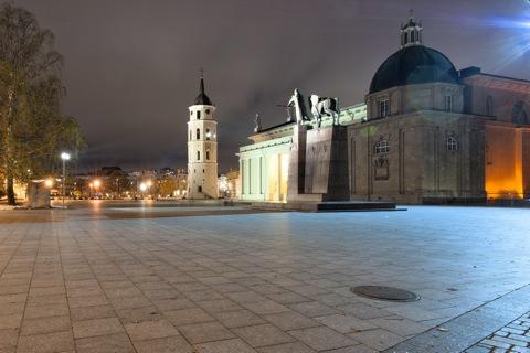 Bild: Die Kathedrale St. Stanislaus an der Katedros aikštė in Vilnius, rechts das Denkmal des Nationalhelden Gediminas. NIKON D700 mit CARL ZEISS Distagon T* 3.5/18 ZF.2.