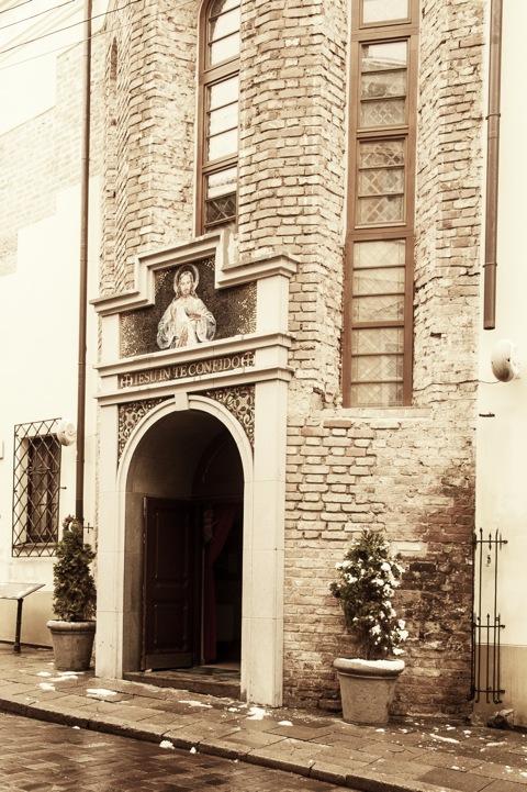 Bild: Die Kirche der Heiligen Barmherzigkeit - Dievo Gailestingumo šventovė - liegt etwas versteckt und unscheinbar in der Dominikonų gatvė in der Altstadt von Vilnius. NIKON D700 mit AF-S NIKKOR 28-300 mm 1:3.5-5.6G ED VR.