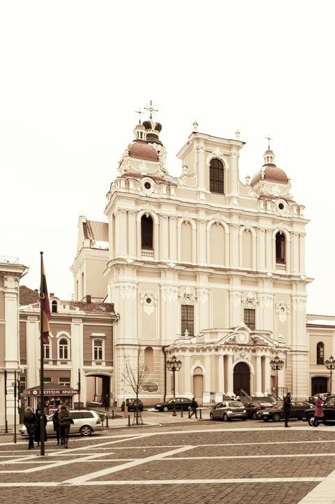 Bild: Auf dem Marktplatz von Vilnius. Blick auf die barocke Kirche St. Kasimir. Diese Kirche war die erste Barockkirche der historischen Stadt an der Neris. NIKON D700 mit CARL ZEISS Distagon T* 2.8/25 ZF.