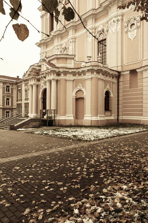 Bild: Blick auf das Eingangsportal der barocken Kirche St. Kasimir in Vilnius. NIKON D700 mit CARL ZEISS Distagon T* 2.8/25 ZF.