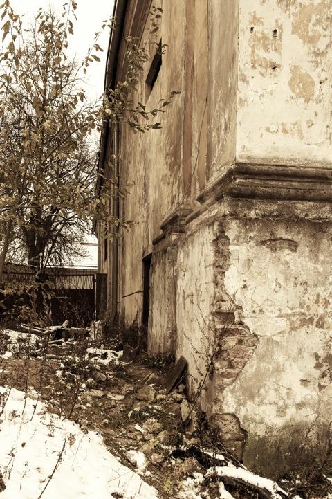 Bild: Die Kirche St. Marien - Augustinų Švč. Mergelės Marijos Ramintojos bažnyčia - in der Savičiaus gatvė in der Altstadt von Vilnius. Blick auf eine Seitenwand der verfallenden Kirche. NIKON D700 mit CARL ZEISS Distagon T* 2.8/25 ZF.
