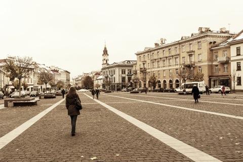 Bild: Auf dem Marktplatz von Vilnius. Blick auf die Kirche St. Nikolai. NIKON D700 mit CARL ZEISS Distagon T* 2.8/25 ZF.