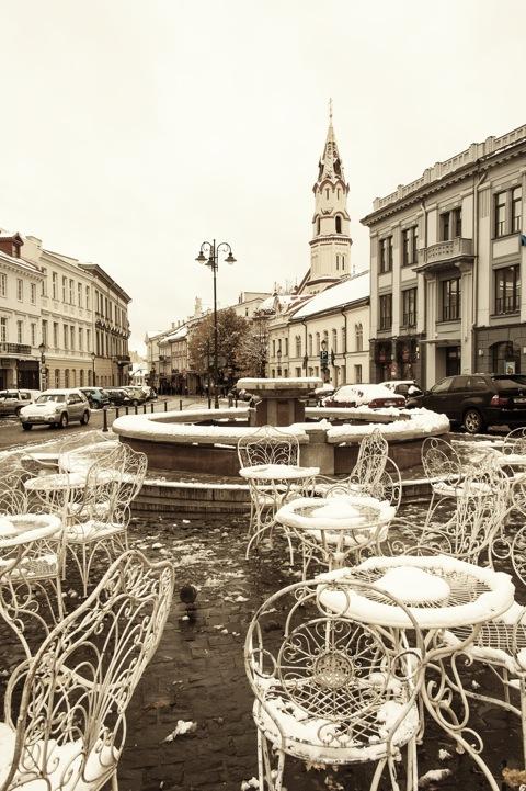 Bild: Auf dem Marktplatz von Vilnius. Blick auf die Kirche St. Nikolai. NIKON D700 mit AF-S NIKKOR 28-300 mm 1:3.5-5.6G ED VR.