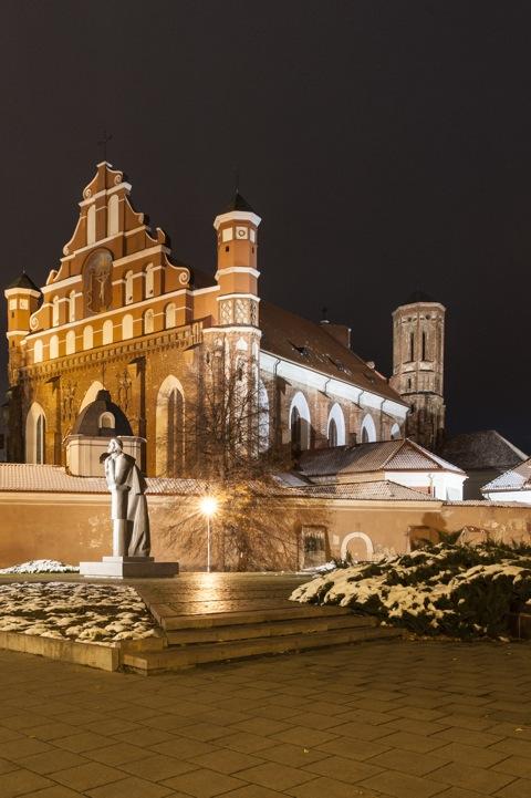 Bild: Die gotische Kirche St. Bernhardine - Šv. Bernardinų - in Vilnius bei Nacht. NIKON D700 mit CARL ZEISS Distagon T* 2.8/25 ZF.