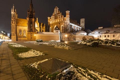 Bild: Das Ensemble der gotischen Kirchen St. Anna und St. Bernhardine - Šv. Onos und Šv. Bernardinų - in Vilnius bei Nacht. NIKON D700 mit CARL ZEISS Distagon T* 3.5/18 ZF.2.