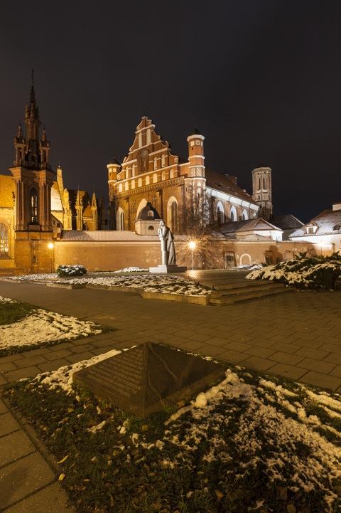 Bild: Das Ensemble der gotischen Kirchen St. Anna und St. Bernhardine - Šv. Onos und Šv. Bernardinų - in Vilnius bei Nacht. NIKON D700 mit CARL ZEISS Distagon T* 3.5/18 ZF.2