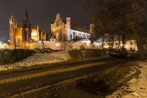 Bild: Die gotische Kirche St. Bernhardine - Šv. Bernardinų - in Vilnius bei Nacht. NIKON D700 mit CARL ZEISS Distagon T* 3.5/18 ZF.2.