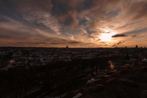 Bild: Sonnenuntergang über der Altstadt von Vilnius im Spätherbst. NIKON D700 mit  CARL ZEISS Distagon T* 3.5/18 ZF.2.