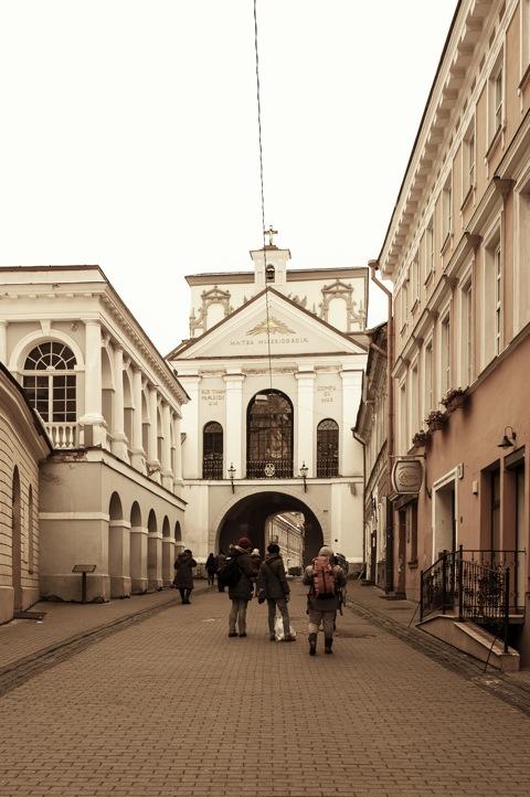 Bild: Eine wichtige Pilgerstätte ist die Kapelle im Tor der Morgenröte - Aušros Vartai - am südlichen Ende der Altstadt von Vilnius. Die Kapelle beherbergt ein Marienbild, dem sich die Pilger zumeist auf den Knien rutschend nähern. NIKON D700 mit CARL ZEISS Distagon T* 2.8/25 ZF.
