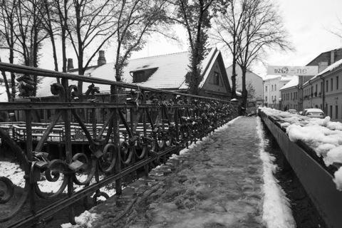 Bild: Wir starten unseren Spaziergang an der Brücke über die Vilnelė an der Užupio gatvė, die unmittelbar am östlichen Ende der Altstadt von Vilnius beginnt.