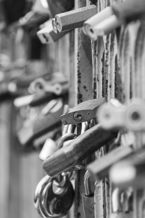 Bild: Hochzeitspaare hängen ein Vorhängeschloss an die Brücke über die Vilnelė und werfen den Schlüssel in das Flüsschen - Zum Zeichen, dass die Liebe ewig halten soll. Die Realität sieht oft anders aus: Die Hälfte der Ehen in Litauen werden geschieden.