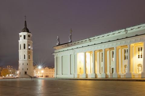 Bild: Die Kathedrale von Vilnius bei Nacht.