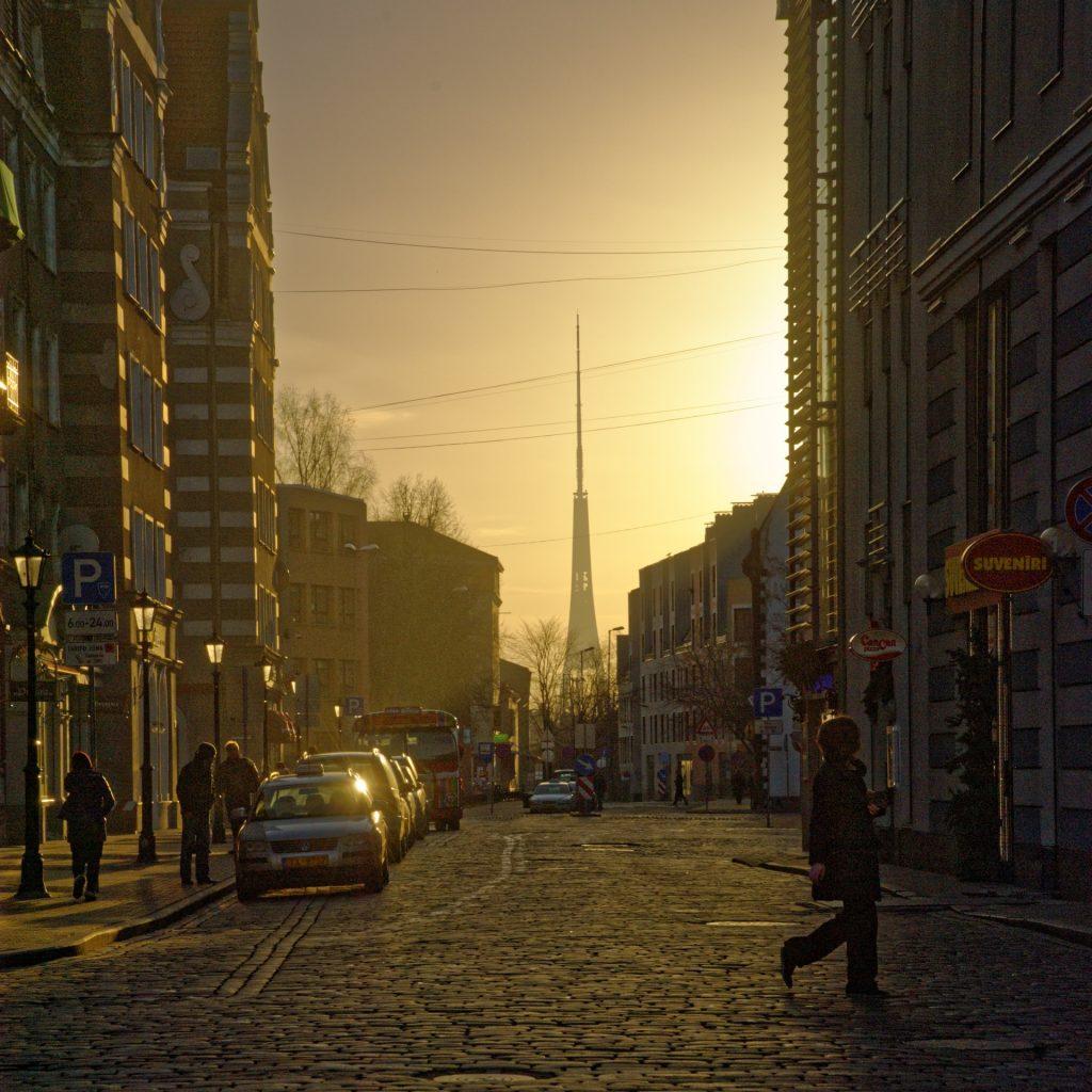 Bild: Rīga ist auch im Winter schön. Sonnenaufgang kurz vor Weihnachten. NIKON D700 und AF-S NIKKOR 24-120 mm 1:4G ED VR. ISO 200 ¦ f/11 ¦ 85 mm ¦ 1/1.600 s ¦ kein Blitz. Klicken Sie auf das Bild um es zu vergrößern.