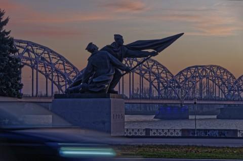 Bild: Am Fluss Daugava in Rīga - Revolutionsdenkmal und Eisenbahnbrücke. NIKON D300s mit AF-S DX NIKKOR 18-200 mm 1:3.5-5.6G ED VR Ⅱ. ISO 200 ¦ f/4,8 ¦ 62 mm ¦ 1/13 s ¦ kein Blitz. Klicken Sie auf das Bild um es zu vergrößern.