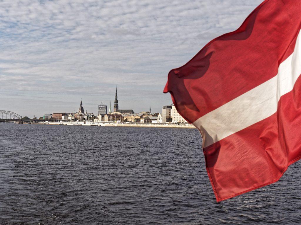 Bild: Blick auf die Altstadt von Rīga. OLYMPUS OM-D E-M5 mit M.ZUIKO DIGITAL ED 12‑40mm 1:2.8. ISO 200 ¦ f/9 ¦ 25 mm ¦ 1/500 s ¦ kein Blitz. Klicken Sie auf das Bild um es zu vergrößern.