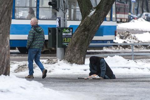 Bild: Mehrfach amputierte Bettlerin im Park vor dem Viru Keskus in Tallinn. Das ist echte Armut, die wir uns in Deutschland nicht vorstellen können.