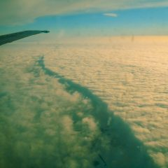 Bild: Jetzt bricht die Wolkendecke schlagartig zusammen - kurz vor der Ankunft von BT222 in Riga gegen 14:30 Uhr Ortszeit Riga.