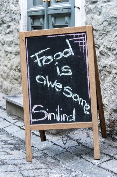 Bild: Food is awesome - Besonders die Hühnchenleberpastete und die geschmorte Entenkeule! Restaurant an der Müührivae in Tallinn.