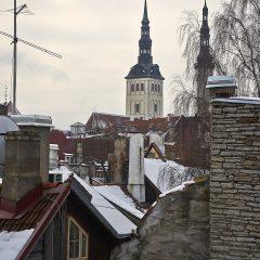 Bild: Bild: In der Altstadt von Tallinn sind die Häuser eng ineinander geschachtelt. Im Hintergrund sind die Oleviste kirik (Olevikirche) und die Püha Vaimu kirik (Heiliggeistkirche) zu sehen.