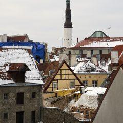 Bild: In der Altstadt von Tallinn sind die Häuser eng ineinander geschachtelt. Im Hintergrund ist die Tallinna Püha Vaimu kirik (Heiliggeistkirche) zu sehen.