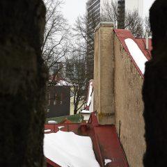Bild: Blick durch eine Schießscharte auf das SOKOS HOTEL VIRU.