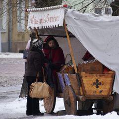 Bild: An kalten Wintertagen sind die gewürzten und gerösteten Nüsse, die es überall an den Ständen von Maias Gourmet Monk zu kaufen gibt, eine köstliche Leckerei.