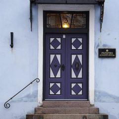 Bild: Eine der für Tallinn typischen Türen an einem Haus auf dem Toompea.